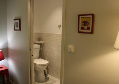 Chambre côté Place (salle d'eau, WC)